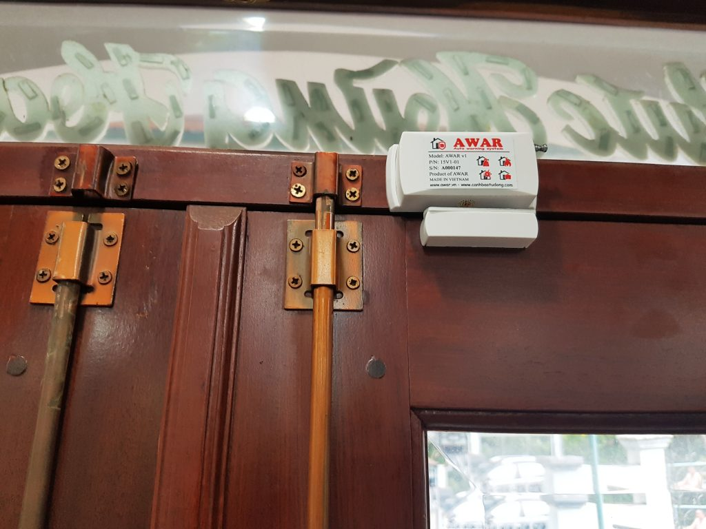 Lắp đặt cảm biến báo động cửa trước