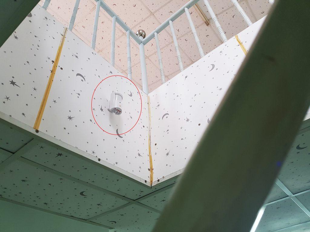 Lắp đặt cảm biến hồng ngoại quét khu vực báo động tại cầu thang