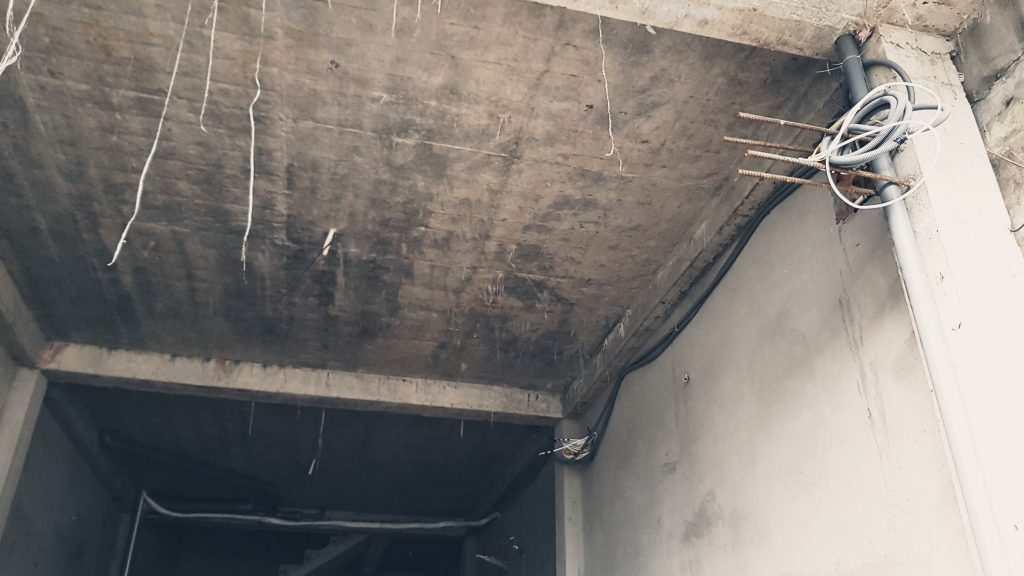 giai đoạn nào lắp camera phù hợp, Dây cáp camera cho vào ruột gà hoặc ống cứng đi trên trần thạch cao