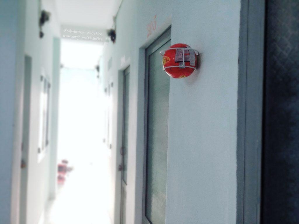 treo bóng chữa cháy tại lối đi tầng 2