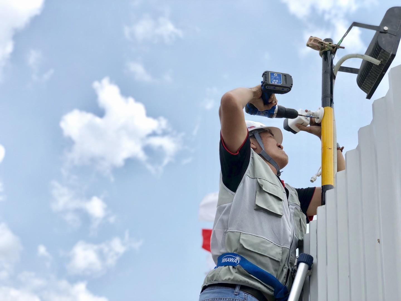 Nhân sự kỹ thuật triển khai lắp đặt camera lên các vị trí nhà xưởng