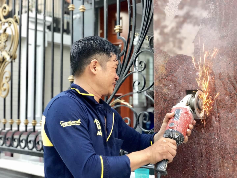 cắt đá hoa cương đặt âm chuông cửa giai đoạn sau khi xây nhà gần hoàn thiện